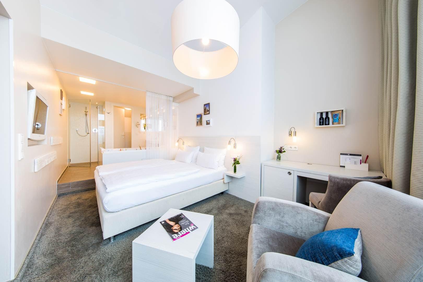 Unser Badezimmer im fjord hotel berlin   LINDEMANN HOTELS®